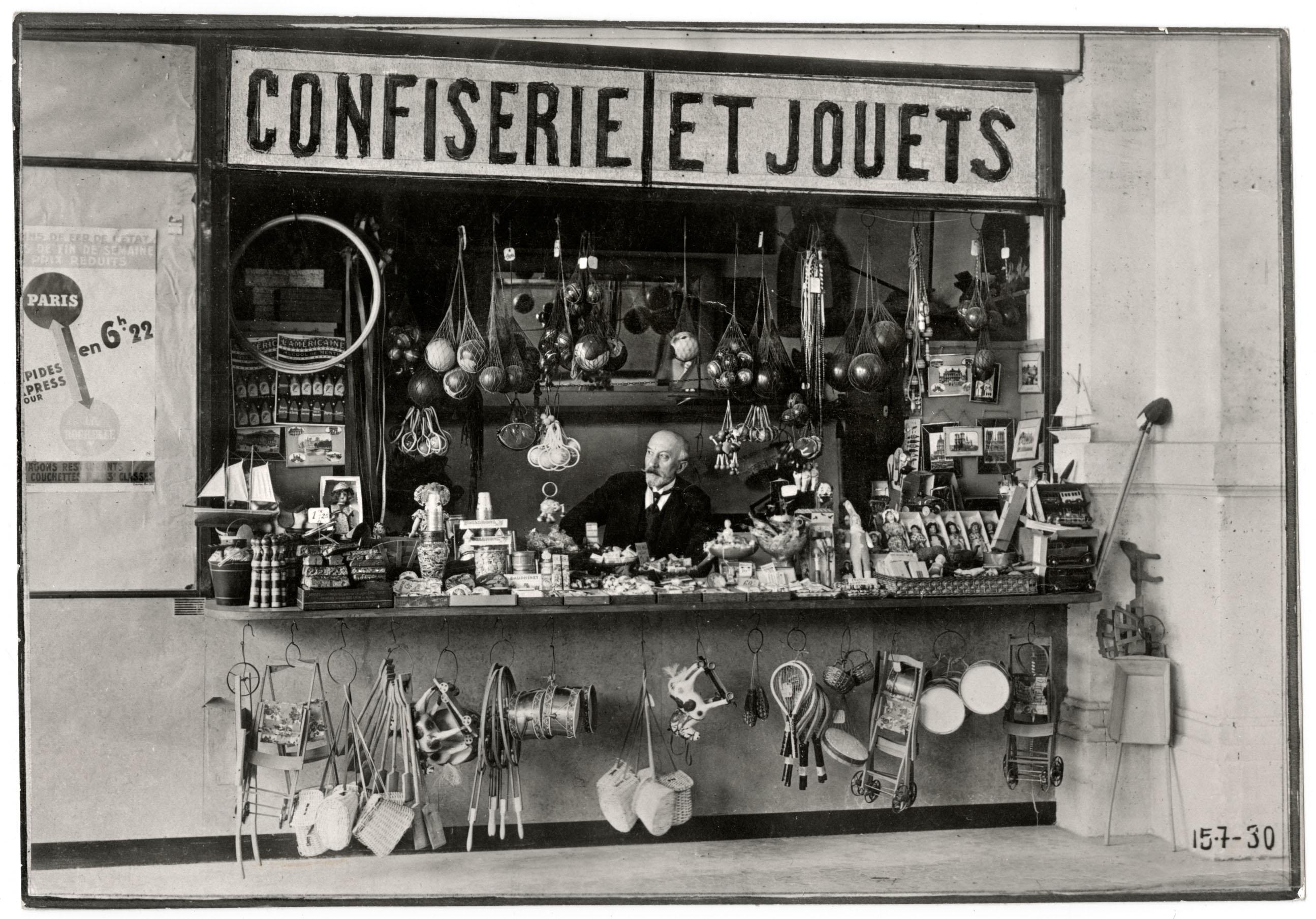 """""""George Méliès nel suo negozio di gioccatoli a Montparnasse (1925). Fotografia."""""""