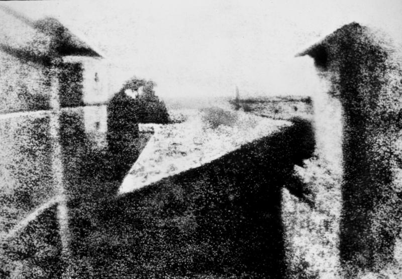 """""""Joseph Niépce - Vista dalla finestra a Le Gras, 1826 circa. Fotografia."""""""