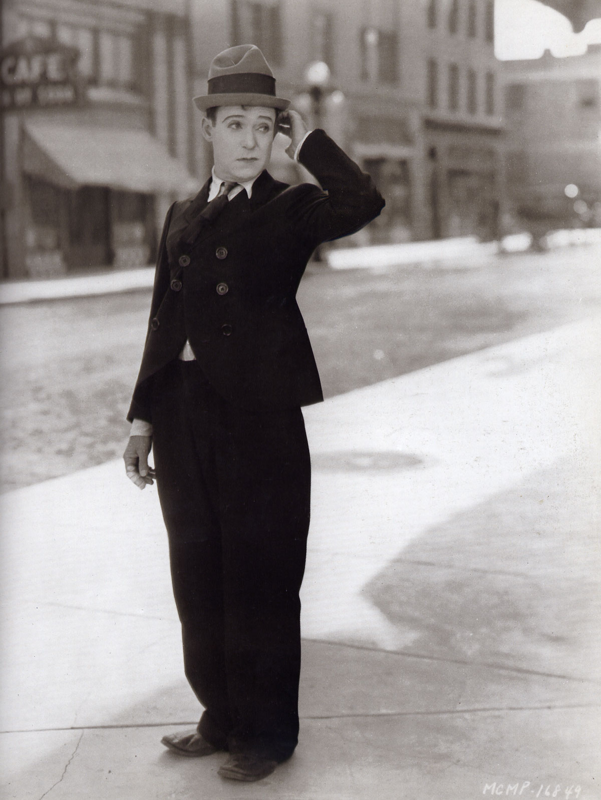 """Harry Langdon nel film The Strong Man (1926) di Frank Capra"""