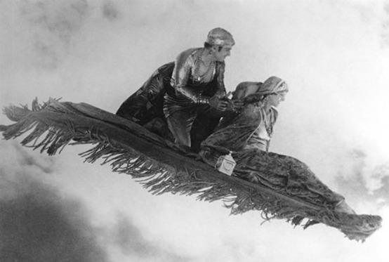 """""""Douglas Fairbanks sul tappeto volante nel dilm Il ladro di Bagdad (1924) di Raoul Walsh."""""""